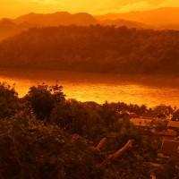 1280px-Phou_si_-_Mekong_River_-_Luang_Prabang_Laos_プーシーの丘、メコン川_ラオス・ルアンプラバーン_DSCF6812